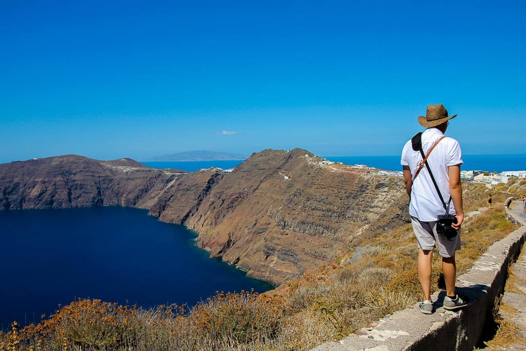 Hike between Thira and Oia is one of the things to do in Santorini