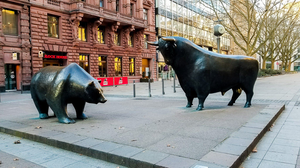 The Bear and the Bull sculptures located outside of the Frankfurt Stock Exchange is one of the things to see on a Frankfurt Layover