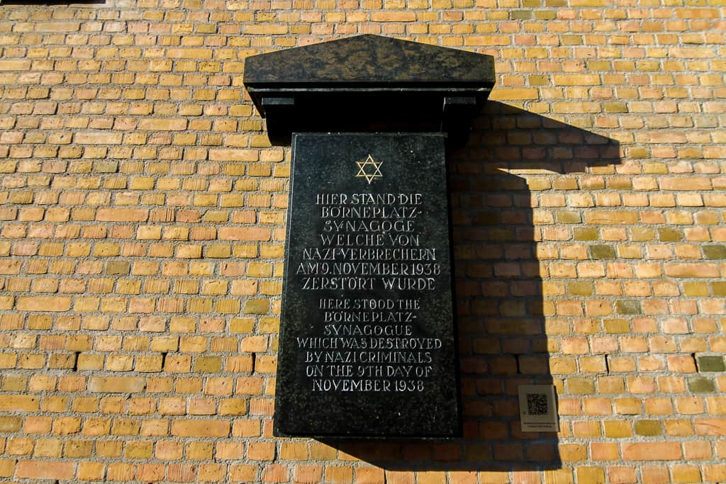 A memorial plaque dedicated to a synagogue that was destroyed by Nazis. This can be found on the side of the Museum Judengasse.